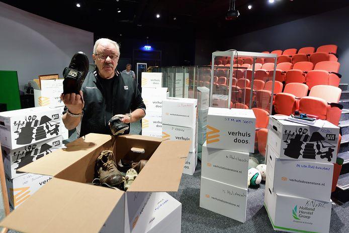 Paul Hermsen omringd door verhuisdozen met daarin de geleende museumstukken die klaar voor bezorging staan.