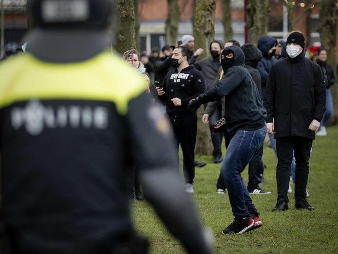 Sympathisanten en politie op het Museumplein, waar actievoerder Michel Reijinga koffie wilde drinken uit protest tegen de geldende coronamaatregelen en het beleid van demissionair premier Mark Rutte.