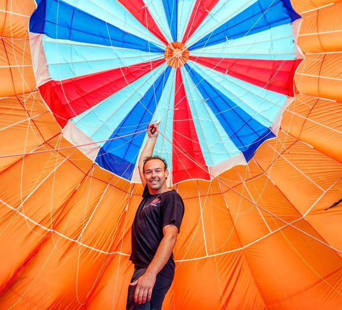 Terwijl de ballon die door de ventilator met lucht wordt opgeblazen nog op de grond ligt, controleert Roy Hoogendoorn (32) eigenaar van luchtballon.com de touwtjes.
