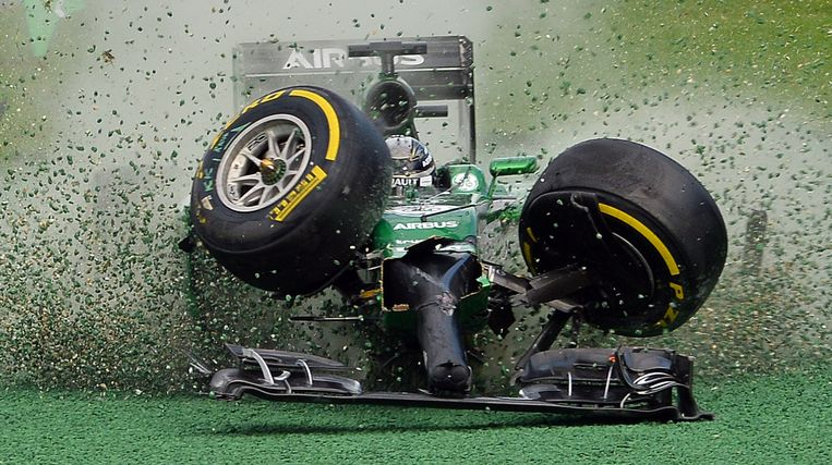 TOPSHOTS-The car of Caterham-Renault driver Kamui Kobayashi of Japan veers off the track during an accident at the start of the Formula One Australian Grand Prix in Melbourne on March 16, 2014. AFP PHOTO / Saeed KHAN  IMAGE RESTRICTED TO EDITORIAL USE - STRICTLY NO COMMERCIAL USE Beeld AFP