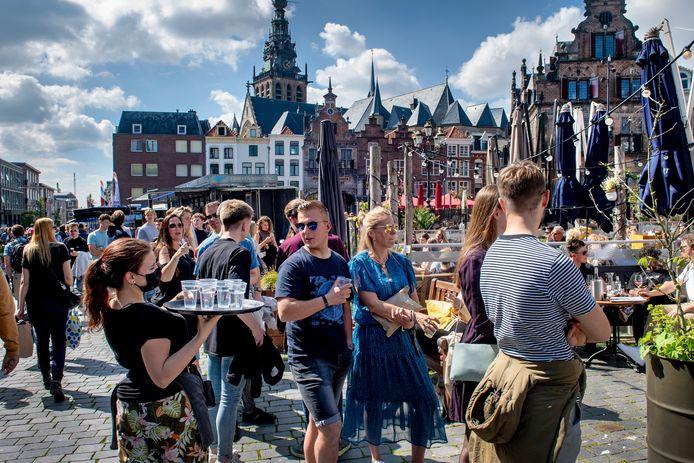 Ter illustratie: wachtrijen voor de terrassen op de Grote Markt in Nijmegen.