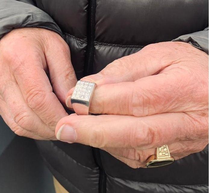 De dierbare trouwring met edelstenen die in de papiercontainer verdween maar dankzij ingrijpen van Stadsbeheer Rotterdam werd gered.