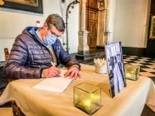 """""""Je verdient een standbeeld, op of naast het terras van een tof café"""": Bruggelingen nemen afscheid van Pieter Aspe"""