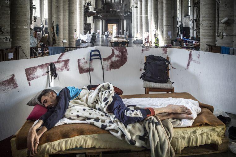 In de Brusselse Begijnhofkerk gaat de situatie van kwaad naar erger nu enkele van de hongerstakers ook aan een dorststaking begonnen zijn. Beeld ID/ Hatim Kaghat