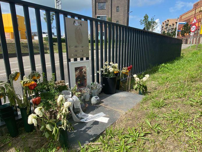 Vlakbij de plek in Zutphen waar eerder dit jaar de 22-jarige Nick ten Have overleed, hangt sinds kort een gedenkplaat. De gemeente Zutphen heeft hier een vergunning voor verleend.