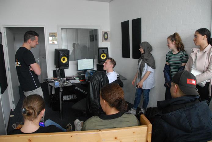 Een  jongerenwerker van PowerUp073 in gesprek met Bossche jongeren
