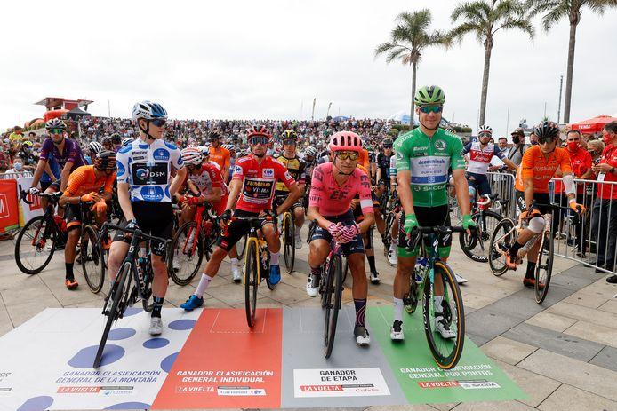 Michael Storer in de bergtrui, Primoz Roglic in de rode trui en Fabio Jakobsen in de groene trui voor de start van de twintigste etappe in de Ronde van Spanje.