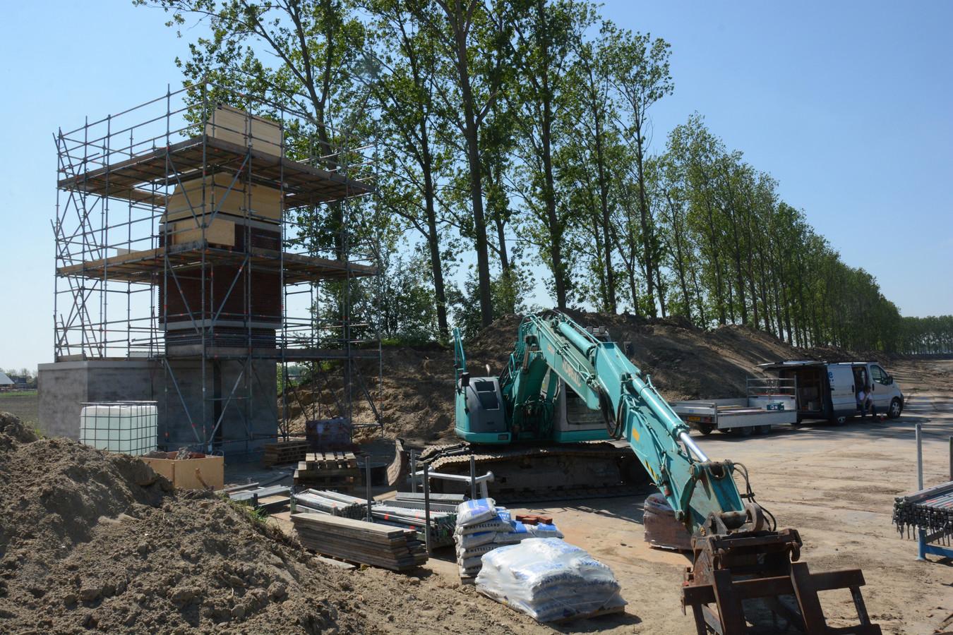 De vleermuizentoren is dertien meter hoog en wordt gebouw in de talud van de dijk.