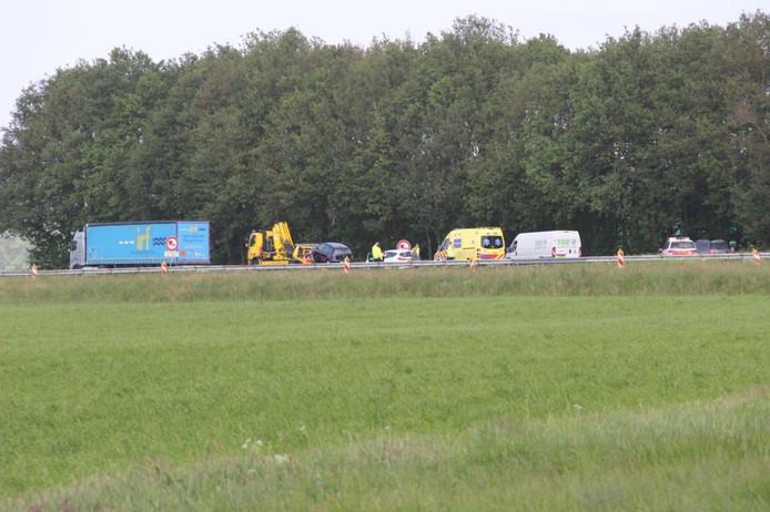 Een ambulance arriveert met spoed op de plek van het ongeluk op de A1.