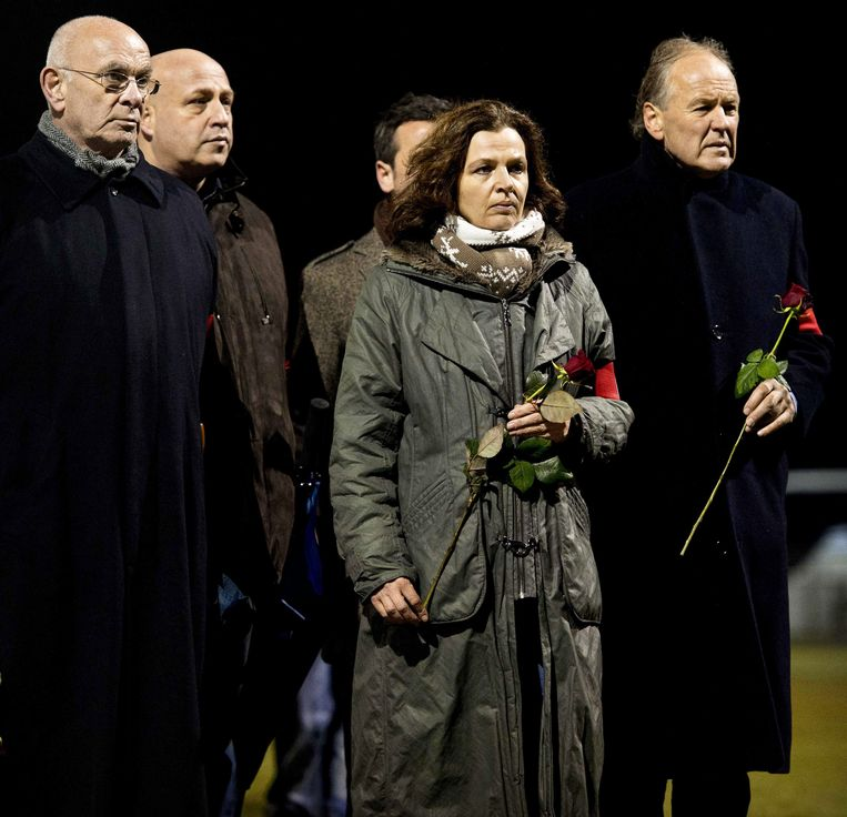 epa03503173 Dutch Michael van Praag (L), President of the Royal Netherlands Football Association (KNVB), and Dutch Minister of Sports, Edith Schippers (C) lay flowers at the memorial site of Dutch linesman Richard Nieuwenhuizen at the clubhouse of Dutch soccer club SC Buitenboys in Almere, Netherlands, 09 December 2012. The linesman of the club SC Buitenboys in Almere died on 03 December 2012 after he was allegedly beaten by teenage players of SV Nieuw Sloten following a match on 02 December 2012.  EPA/KOEN VAN WEEL Beeld EPA