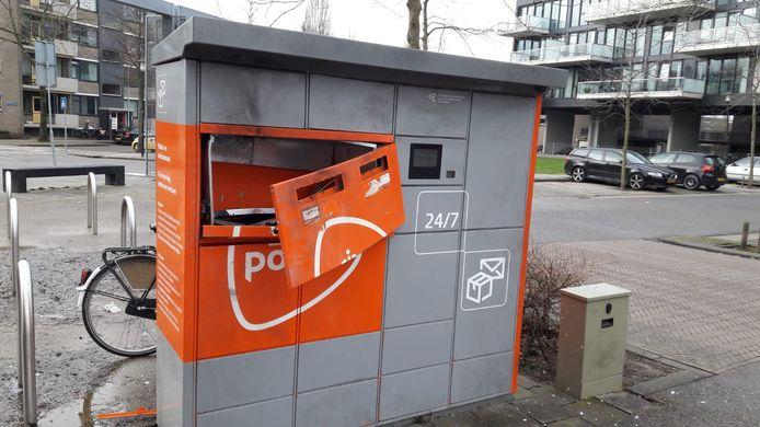 Jongeren hebben afgelopen nacht twee keer de pakketautomaat van PostNL in Middelburg opgeblazen.