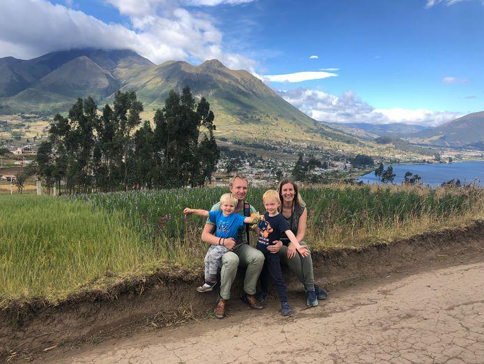 Het gezin Reijman in Ecuador, met op de achtergrond de vulkaan Cotacachi.