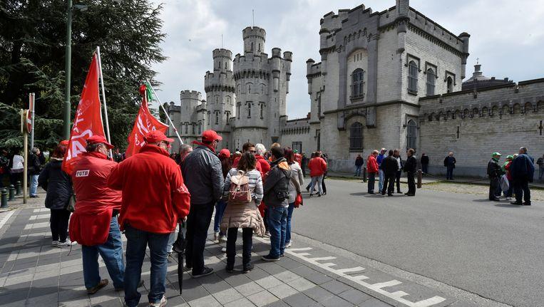 Stakende cipiers aan de gevangenis van Sint-Gillis. Beeld REUTERS
