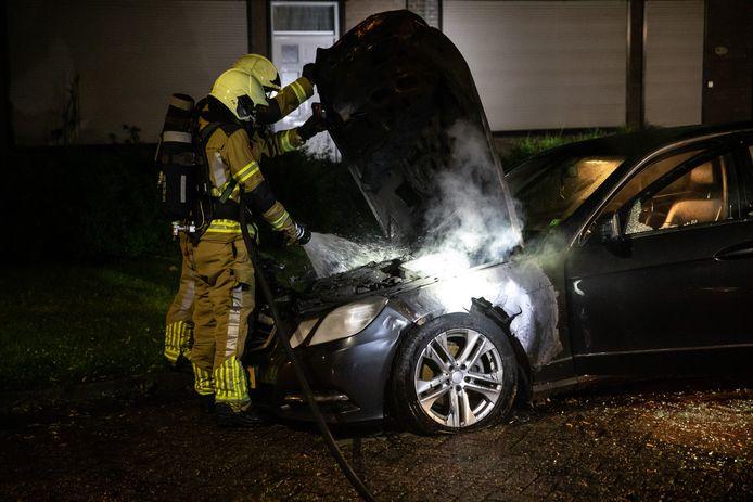 De voorzijde van de auto stond in brand.
