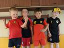 Enkele leerlingen van de Ekentschool in Haaltert supporteren voor de Rode Duivels.