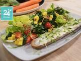 Maaltijdsalade met spinazie, mango en balsamico azijn en een geitenkaasbroodje