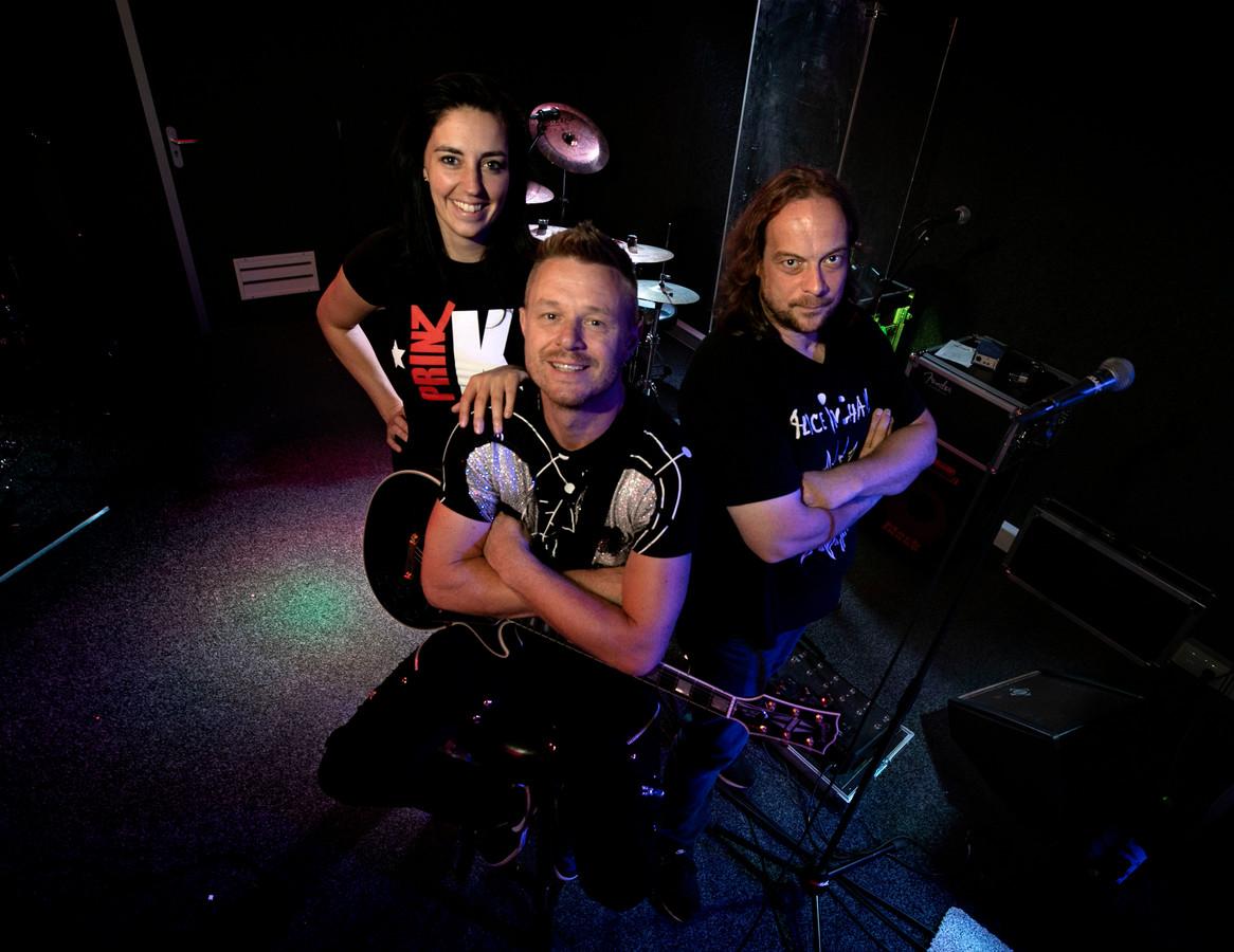 Prinz Klauz band met Hanneke Kuunders, Marcel Mertens en John Klaus (vlnr) in de repetitieruimte in Deurne