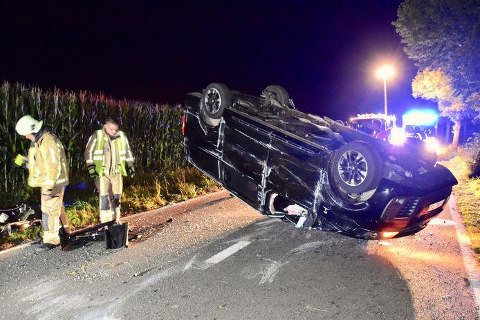 De zwaargehavende Opel Vivaro kwam uiteindelijk in het midden van de rijweg op z'n dak tot stilstand, na het ongeval langs de Moenaardestraat in Haringe.