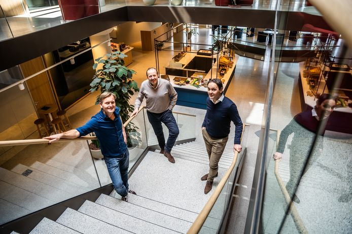 De mannen van Journey Offices & Spaces op de trap bij restaurant Greenpoint. Vlnr: Derck Jan Smits, Jeroen van Spaendonck en Léon de Lobel. Op de achtergrond beneden een corner van Ritsz Restaurant.
