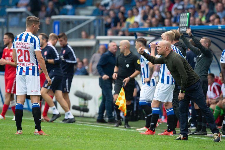 Heerenveen-coach Johnny Jansen probeert met aanwijzingen zijn elftal op het juiste spoor te krijgen tegen FC Twente. Joey Veerman (links) hoort het aan.  Beeld ANP