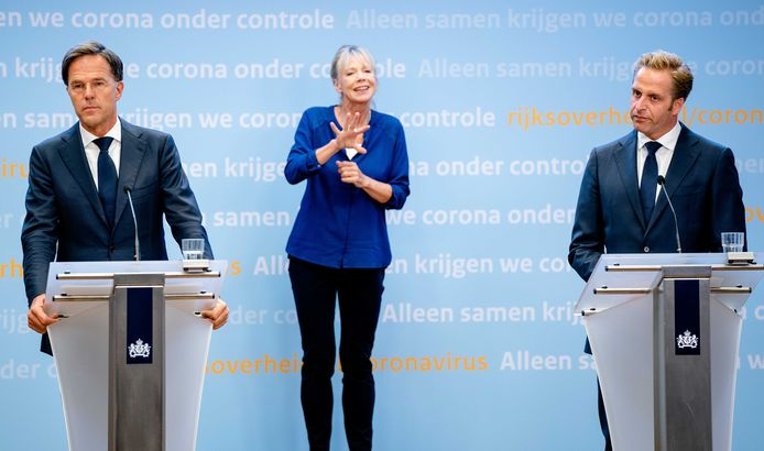 Premier Mark Rutte (L) en minister Hugo de Jonge (Volksgezondheid, Welzijn en Sport) tijdens een persconferentie over de huidige stand van zaken omtrent corona in Nederland.