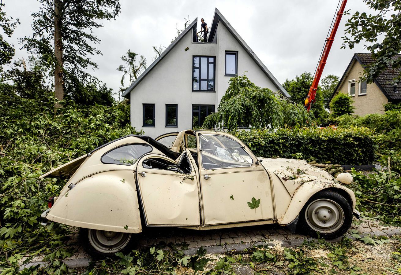 Een beschadigde auto na de storm in Leersum.