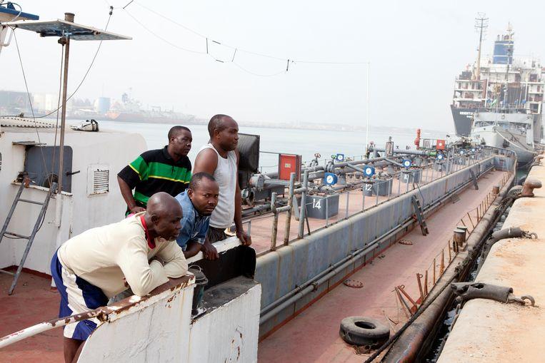 De bemanning van een schip van het Nigeriaanse Petro Star in de Golf van Guinee. Het schip werd in 2011 door Nigeriaanse piraten gebruikt om gestolen olie te transporteren.  Beeld Corbis via Getty Images