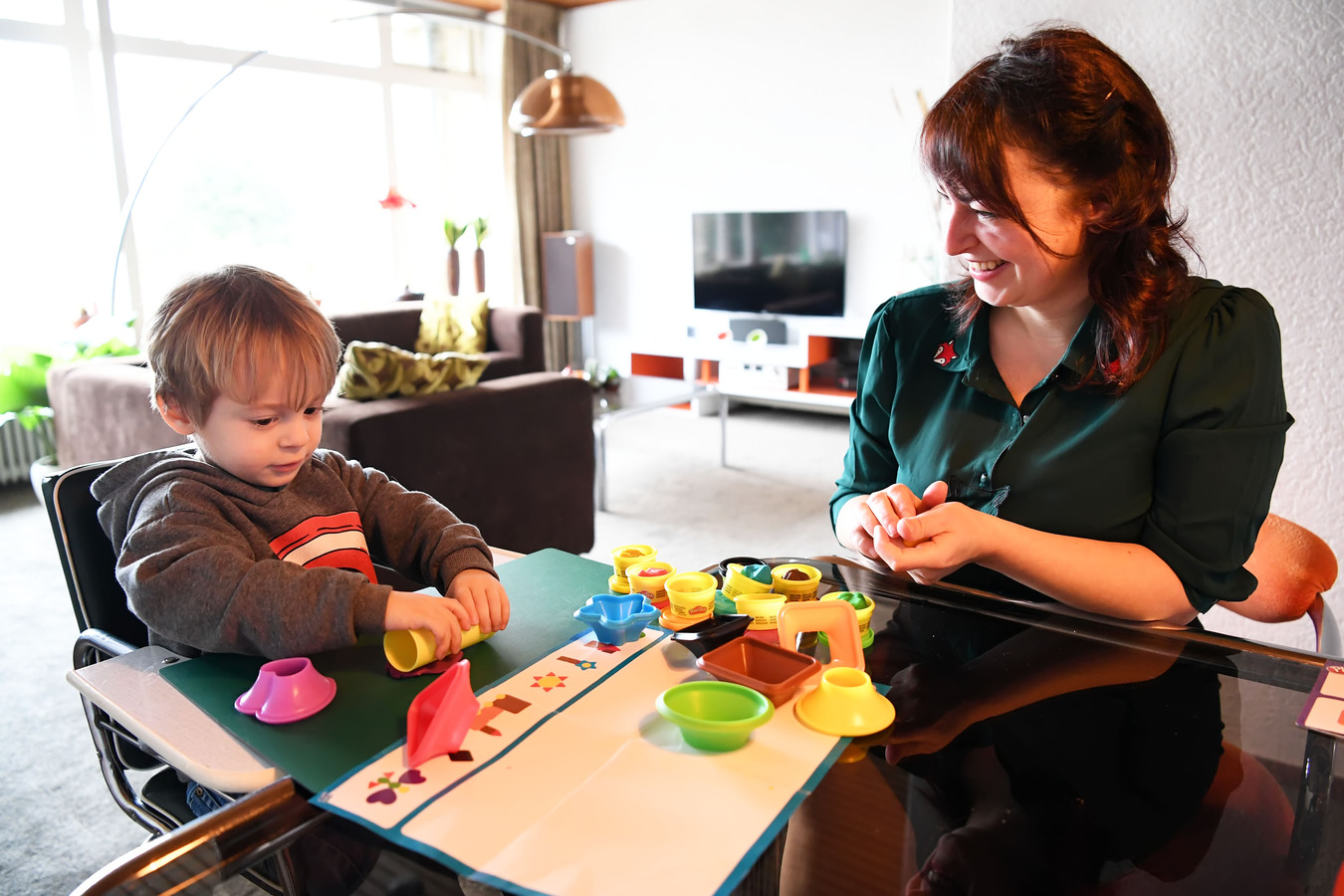 Janine Nelemans heeft een kapperszaak in Hooge Zwaluwe en is nu aan het chillen met haar gezin en een stoel aan het bekleden, samen met zoon Vince.