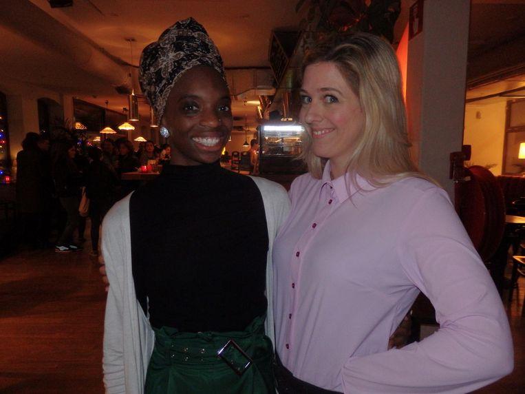 Presentator Yahmani Blackman, halverwege de avond tegen schrijver Emma Curvers: