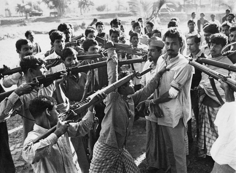 Na de bevrijding van de stad Jessore, in het huidige Bangladesh, door het Indiase leger houden vrijheidsstrijders leden van de pro-Pakistaanse Razakar-militie onder schot, 1971.  Beeld  Michael Brennan / Getty