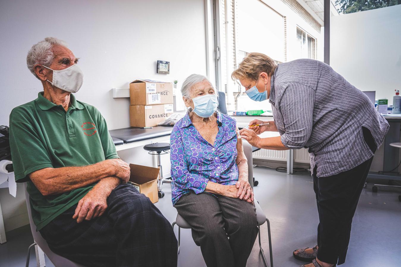 Renaat Vandeputte (84) en Yvonne De Coninck (97) krijgen hun testvaccin toegediend in het UZ