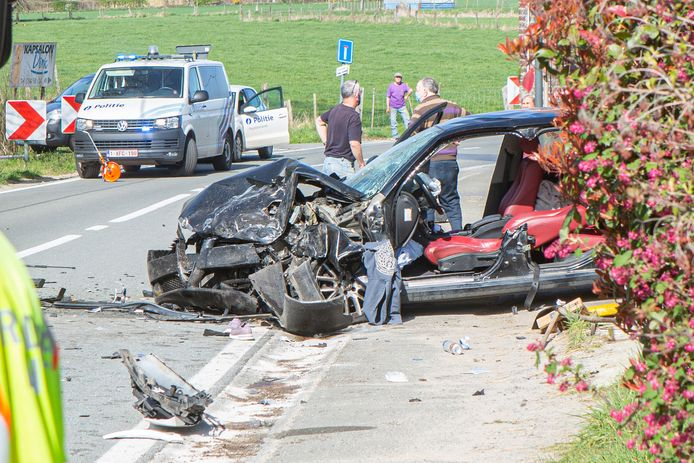 De bestuurster van de Alfa Romeo werd uit het wrak bevrijd. De passagier werd uit de auto geslingerd.