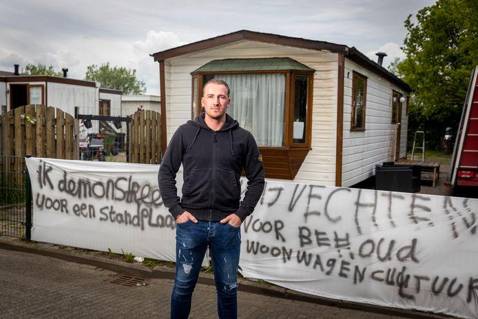 Johan Pasztjerik woont sinds twee weken als 'kraker' in zijn eigen woonwagen. Op zichzelf wonen, bevalt hem prima. ,,Niemand heeft hier last van me.''