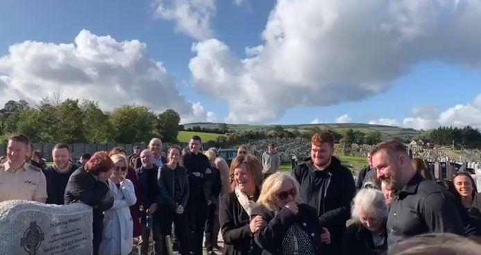 Nog één laatste goeie grap, moet Shay Bradley gedacht hebben. Met succes, zijn vrienden en familie verlieten het kerkhof met een lach op hun gezicht.