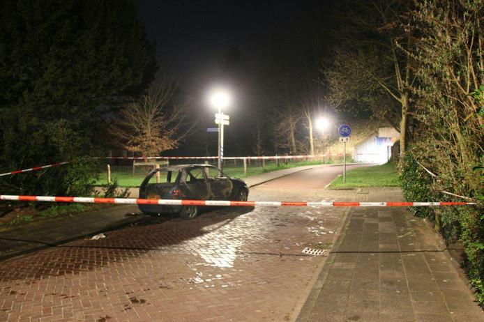 De restanten van de auto en de plek die door de politie is afgezet.