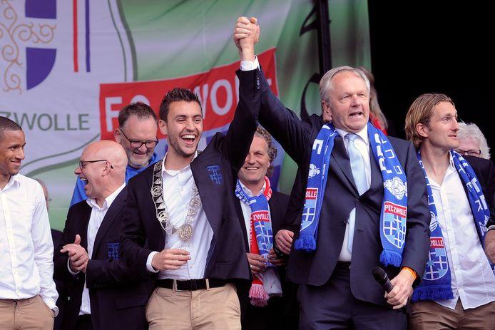 Tijdens de huldiging van PEC Zwolle droeg Henk Jan Meijer het burgemeesterschap van Zwolle tijdelijk over aan Harderwijker Bram van Polen.