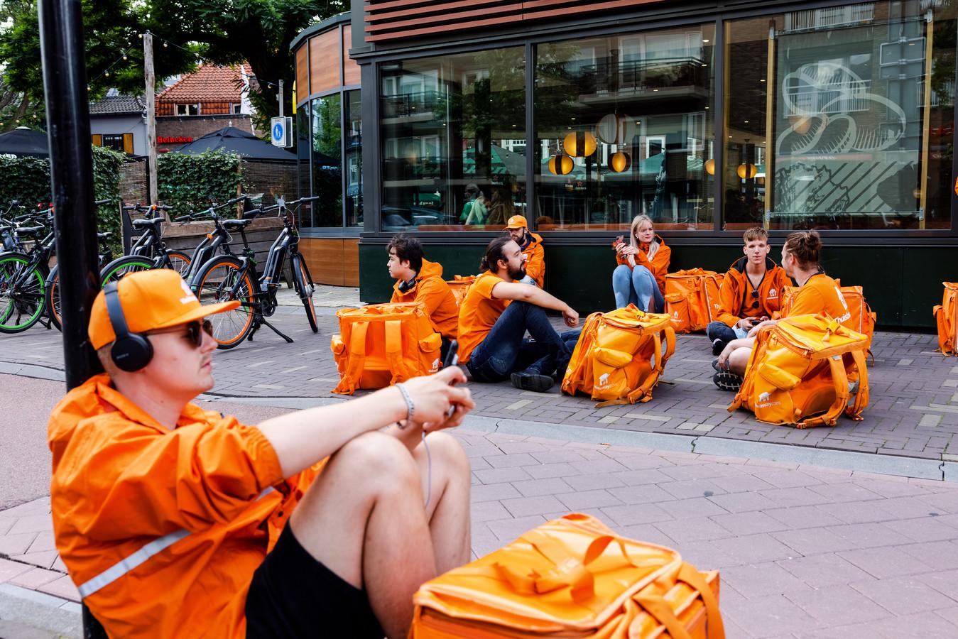 Maaltijdbezorgers in Tilburg wachten op een ritje.