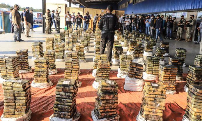 Uit één van zes verdachte containers haalde de politie bijna 2.500 kilo cocaïne. Wat eventueel in de andere containers zit, moet nog geteld worden.
