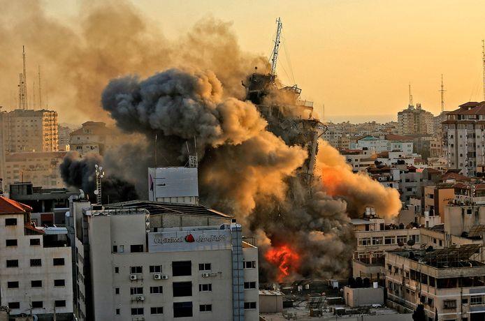 De al-Shoruktoren, waar onder meer de bureaus van de Palestijnse televisiezender al-Aqsa in ondergebracht zijn, werd vandaag verwoest bij een Israëlische luchtaanval op Gaza-Stad.