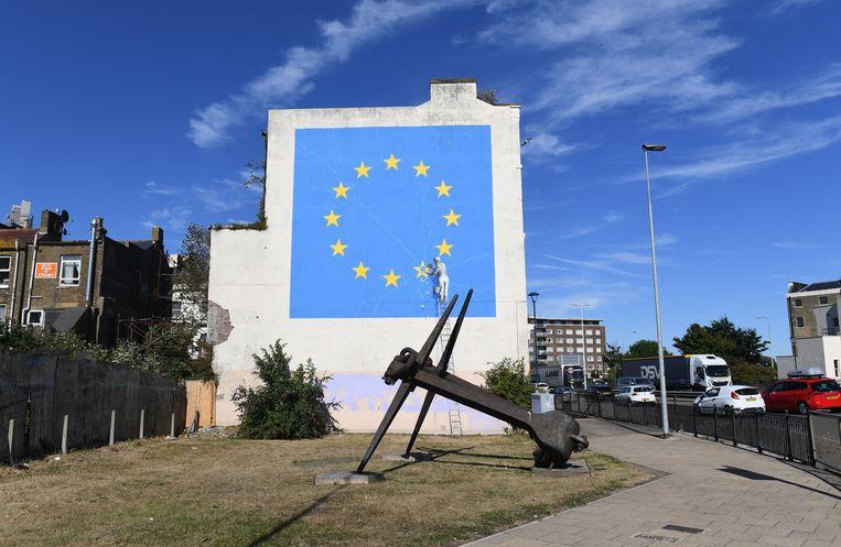 De Europese vlag op een muurschildering, waarschijnlijk van Banksy, in Dover. Beeld EPA