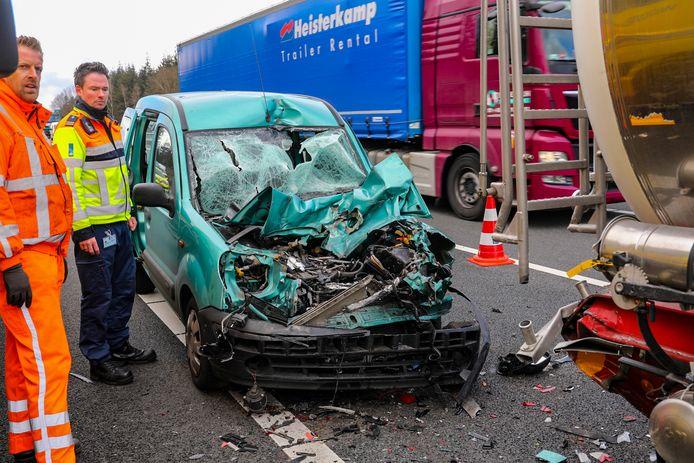 Bij het ongeluk aan het begin van de middag op de A1 raakte één persoon gewond.
