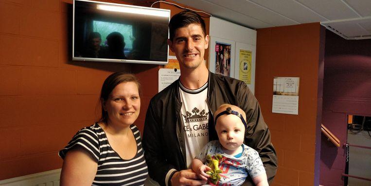 Thibaut Courtois met mama Hanneke en de kleine Sam, die zonder oortjes geboren is.