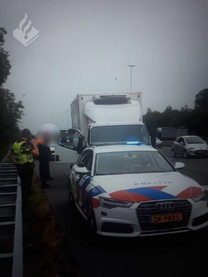 Het vrachtwagentje had lege banden, was gestolen en de chauffeur reed zonder rijbewijs en onder invloed over de A2 bij Den Bosch.
