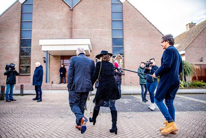 De Sionkerk op Urk, waar zondag tussen de 300 en 400 mensen naar de kerk gingen. Rechts de verslaggever van Powned die eerder op de parkeerplek moest wegspringen toen een kerkganger tegen hem aanreed.