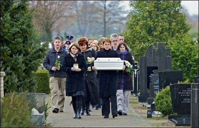 Het kistje met baby Willem van Oosterhout wordt op de algemene begraafplaats in Oosterhout naar het graf gedragen. Derde van links burgemeester Helmi Huijbregts. foto Johan Wouters/ het fotoburo