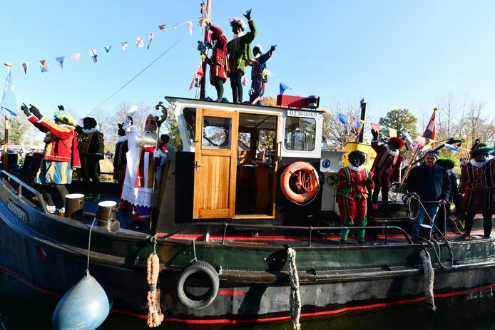 In Vianen kwam Sinterklaas aan over het water.