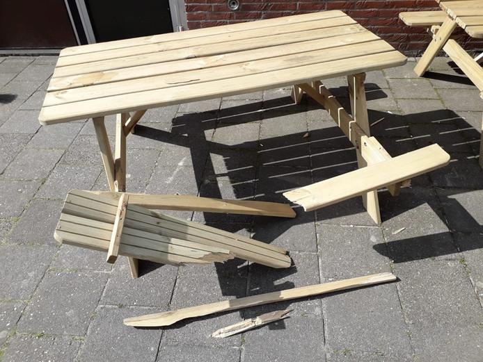 Een van de picknicktafels op het schoolplein van de Dennenkamp in Ommen moest het afgelopen weekeinde opnieuw ontgelden.