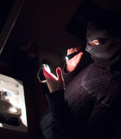 """Ils tombent nez à nez avec un voleur dans la salle de bain: """"Il l'a frappée"""""""