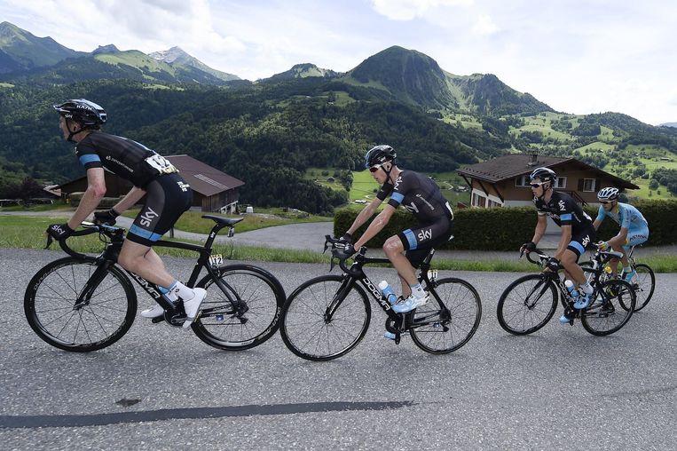 Chris Froome in de slotetappe van de Dauphiné, netjes omringd door twee ploegmaats Beeld Vincent Kalut /PN