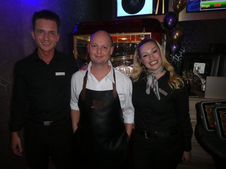 Jesse Jan Brinks, croupier van het jaar: 'Live bingo is het leukste dat er is.' Met Sebastiaan Veenhuizen, chef Holland Casino West, en presentatrice Roos Vogel. Beeld Schuim